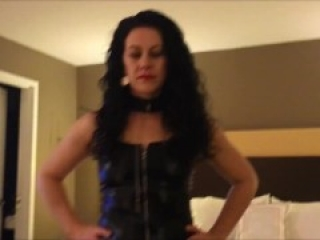 Hot MILF spends evening sucking cock in hotel hookup